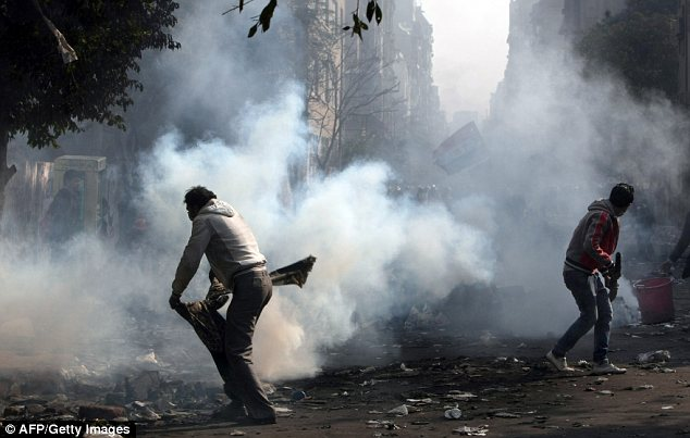 بالصور // The events of Tahrir Square on 19.20, 21, 22.23, 24 November أحداث ميدان التحرير يوم  19، 20 ، 21 ، 22 ، 23 ،24نوفمبر Article-2065194-0EE9D53900000578-984_634x403