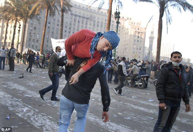 بالصور // The events of Tahrir Square on 19.20, 21, 22.23, 24 November أحداث ميدان التحرير يوم  19، 20 ، 21 ، 22 ، 23 ،24نوفمبر Article-2065194-0EE9F1FB00000578-374_634x435
