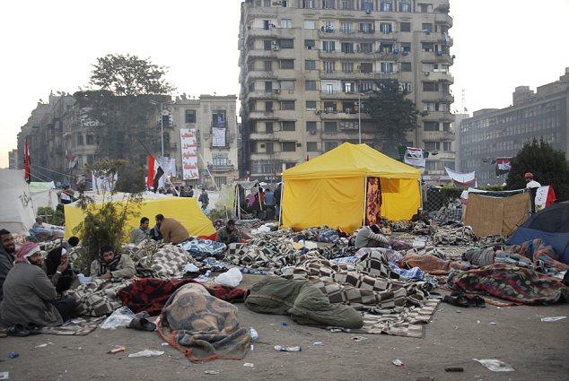 بالصور // The events of Tahrir Square on 19.20, 21, 22.23, 24 November أحداث ميدان التحرير يوم  19، 20 ، 21 ، 22 ، 23 ،24نوفمبر Article-2065194-0EE9F2AD00000578-509_634x425