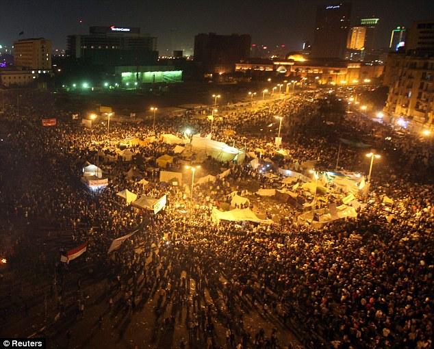 بالصور // The events of Tahrir Square on 19.20, 21, 22.23, 24 November أحداث ميدان التحرير يوم  19، 20 ، 21 ، 22 ، 23 ،24نوفمبر Article-2065194-0EEBA2BC00000578-915_634x510