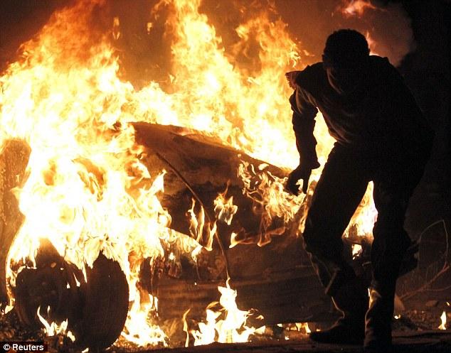 بالصور // The events of Tahrir Square on 19.20, 21, 22.23, 24 November أحداث ميدان التحرير يوم  19، 20 ، 21 ، 22 ، 23 ،24نوفمبر Article-2065194-0EEC1D2A00000578-730_634x497