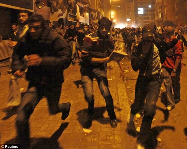 بالصور // The events of Tahrir Square on 19.20, 21, 22.23, 24 November أحداث ميدان التحرير يوم  19، 20 ، 21 ، 22 ، 23 ،24نوفمبر Article-2065194-0EEC1E3000000578-344_634x505