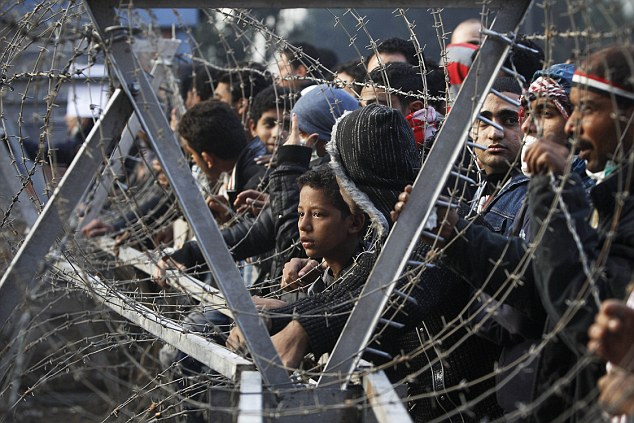 بالصور // The events of Tahrir Square on 19.20, 21, 22.23, 24 November أحداث ميدان التحرير يوم  19، 20 ، 21 ، 22 ، 23 ،24نوفمبر Article-2065194-0EECC34B00000578-304_634x423