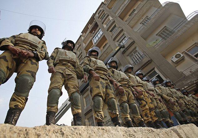 بالصور // The events of Tahrir Square on 19.20, 21, 22.23, 24 November أحداث ميدان التحرير يوم  19، 20 ، 21 ، 22 ، 23 ،24نوفمبر Article-2065194-0EEE9D4000000578-147_634x443