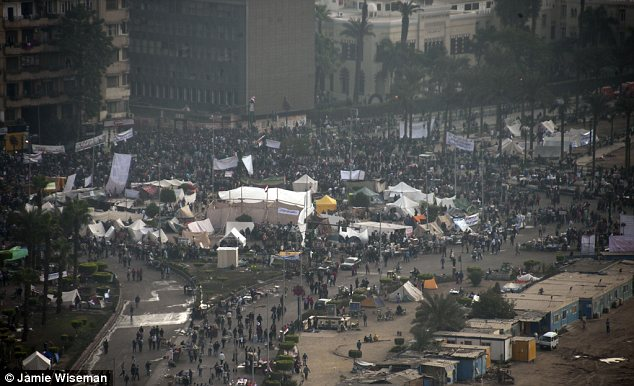 بالصور // The events of Tahrir Square on 19.20, 21, 22.23, 24 November أحداث ميدان التحرير يوم  19، 20 ، 21 ، 22 ، 23 ،24نوفمبر Article-2065194-0EEEA5A600000578-550_634x386