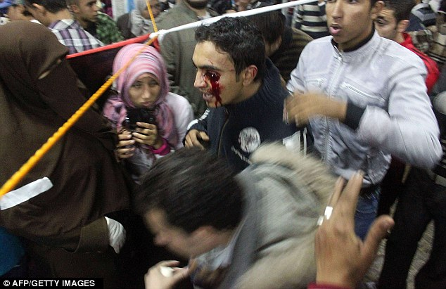 بالصور // Egypt's Liberation high eye injuries  مصر التحرير ارتفاع اصابات العين برصاص الشرطة Article-2066537-0EE09BA700000578-117_634x411