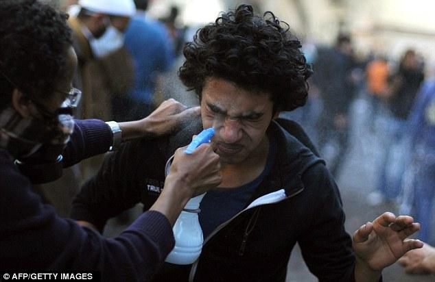 بالصور // Egypt's Liberation high eye injuries  مصر التحرير ارتفاع اصابات العين برصاص الشرطة Article-2066537-0EE3D8F000000578-147_634x412