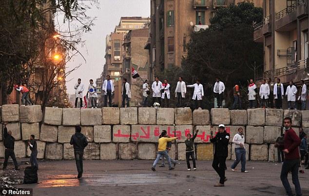 بالصور // Egypt's Liberation high eye injuries  مصر التحرير ارتفاع اصابات العين برصاص الشرطة Article-2066537-0EF24D8D00000578-565_634x404