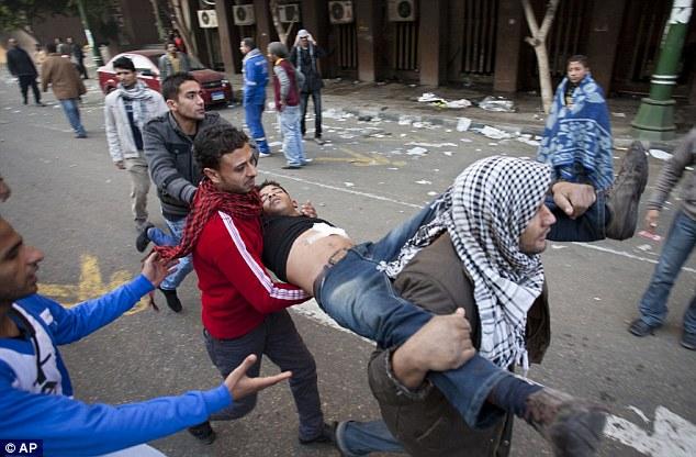 بالصور // Egypt's Liberation high eye injuries  مصر التحرير ارتفاع اصابات العين برصاص الشرطة Article-2066537-0EF2A16500000578-474_634x416