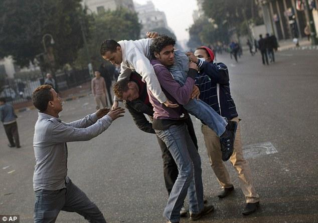بالصور // Egypt's Liberation high eye injuries  مصر التحرير ارتفاع اصابات العين برصاص الشرطة Article-2066537-0EF2B27B00000578-961_634x445