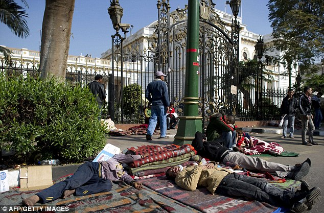 بالصور // Egypt's Liberation high eye injuries  مصر التحرير ارتفاع اصابات العين برصاص الشرطة Article-2066537-0EF2D77B00000578-43_634x417