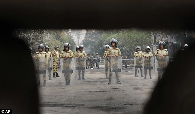 بالصور // Egypt's Liberation high eye injuries  مصر التحرير ارتفاع اصابات العين برصاص الشرطة Article-2066537-0EF2E88A00000578-216_634x372