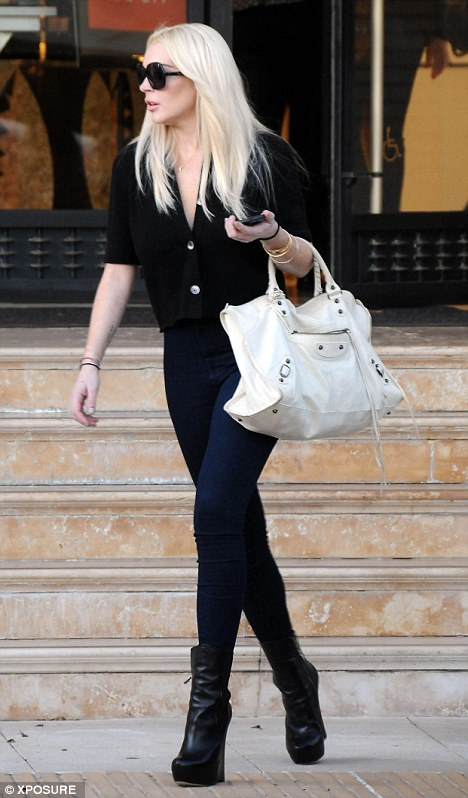 Lindsay Lohan ⇨ Noticias Generales - Página 2 Article-2075506-0F34B35100000578-358_468x798