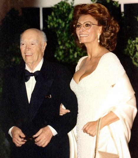 Velika ljubav: Sophia Loren i Carlo Ponti Article-2095760-060B44AA0000044D-439_468x536