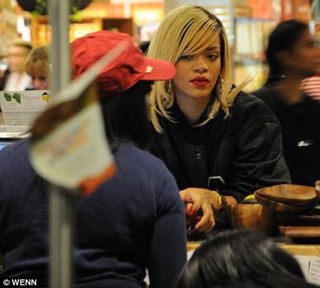 Fotos anteriores de Rihanna [3] > Apariciones, Photoshoots... - Página 17 Article-2116280-12354E37000005DC-326_468x421