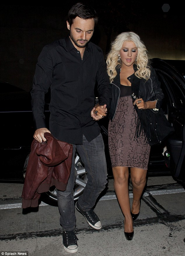 [Fotos+Video] Christina Aguilera y Matt Rutler en un Restaurante Italiano en Hollywood [17/04/12] Article-2131382-12A6141B000005DC-594_634x875