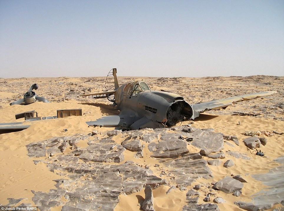 P-40 in desert Article-2142300-1304CD36000005DC-260_964x716