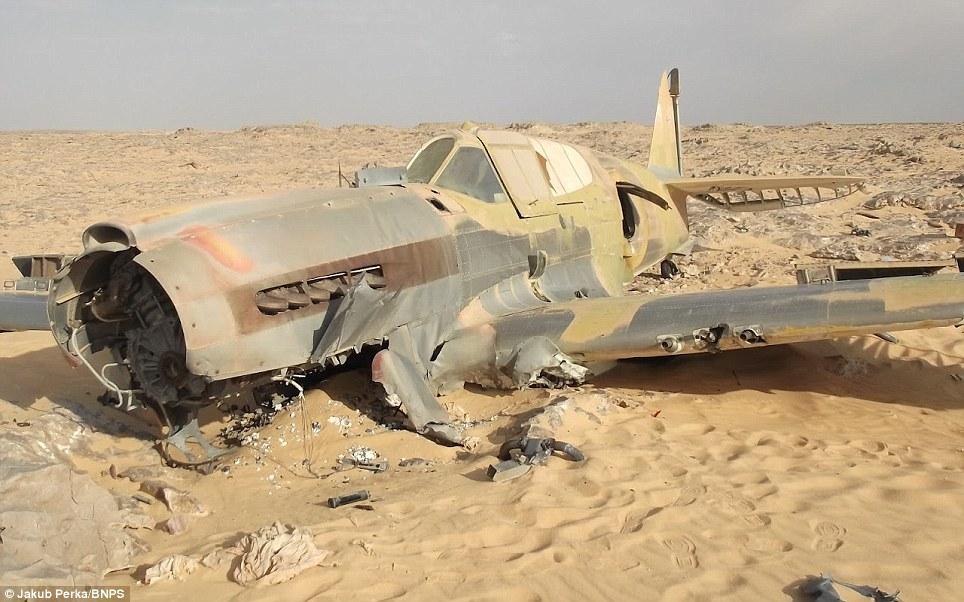 P-40 in desert Article-2142300-1304D0F1000005DC-212_964x602