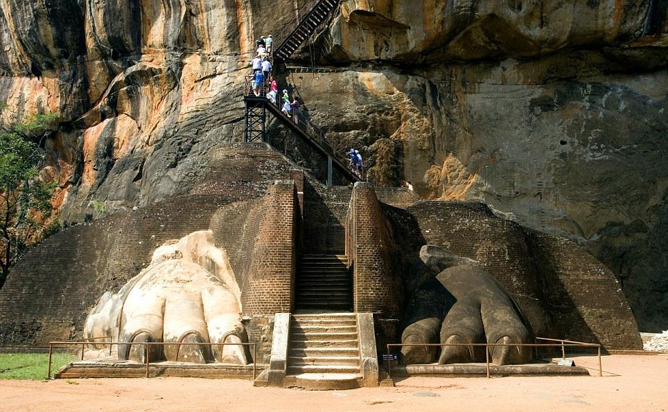 Manastiret më spektakolare në botë Article-2150810-134B7505000005DC-393_964x595