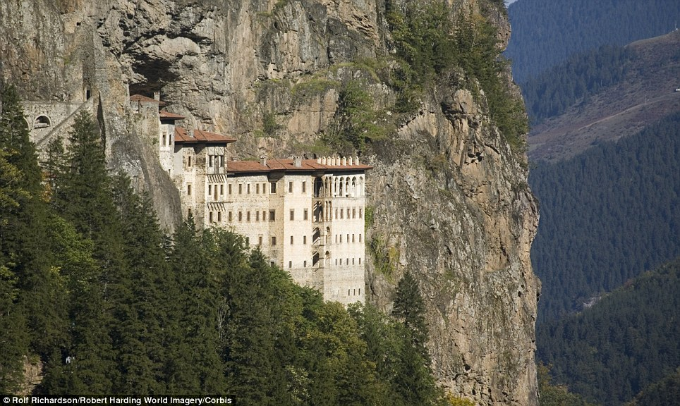 Manastiret më spektakolare në botë Article-2150810-134B759D000005DC-131_964x576