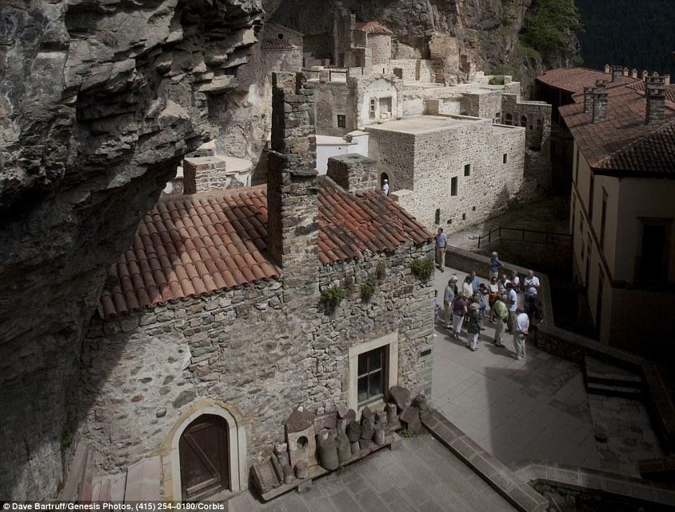 Manastiret më spektakolare në botë Article-2150810-134B772D000005DC-896_964x731