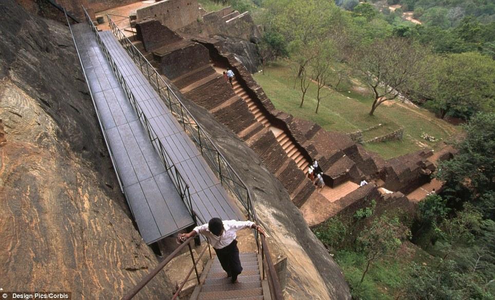 Manastiret më spektakolare në botë Article-2150810-134E4E56000005DC-710_964x584