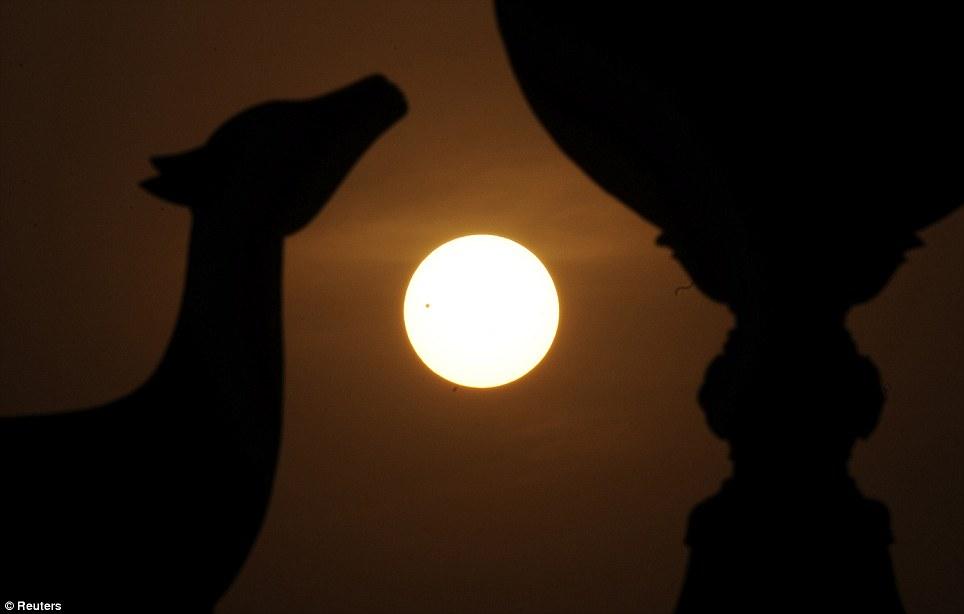 Për ata që nuk e panë spektaklin e Venerës (FOTO) Article-2155140-1378CFF7000005DC-639_964x614