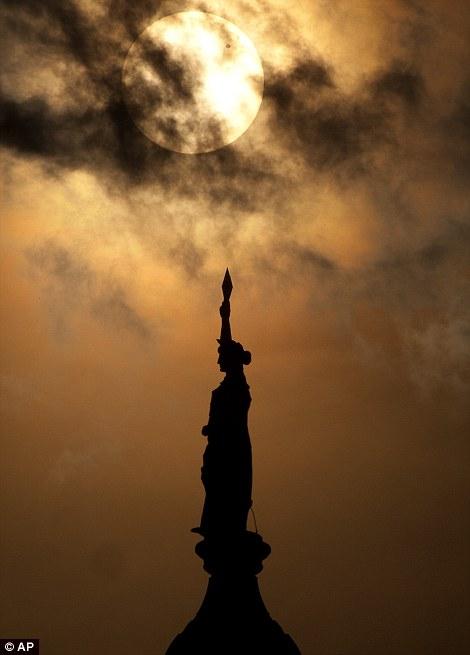 Për ata që nuk e panë spektaklin e Venerës (FOTO) Article-2155140-1378D237000005DC-579_470x655