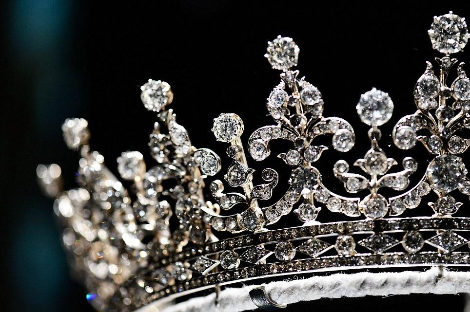 تيجان ملكية  امبراطورية فاخرة Article-0-13D57896000005DC-798_964x641