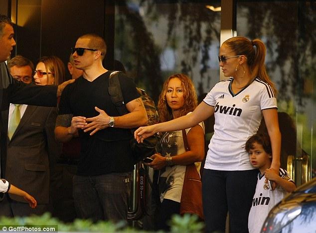 Дженнифер Лопес/Jennifer Lopez - Страница 5 Article-2214263-15663A5E000005DC-318_634x469
