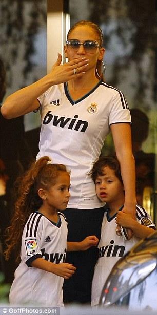 Дженнифер Лопес/Jennifer Lopez - Страница 5 Article-2214263-15663A75000005DC-925_306x615
