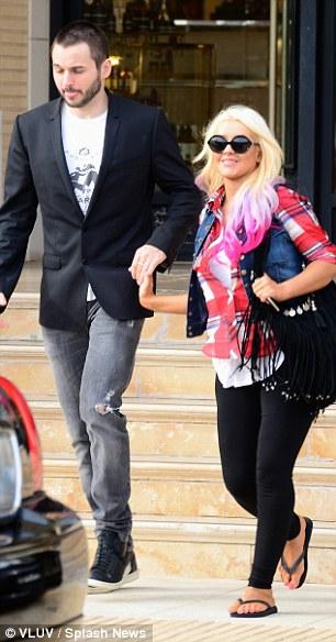 [Fotos] Christina Aguilera -  Beverly Hills 09/10/2012 Article-2215245-156E08E3000005DC-315_306x584