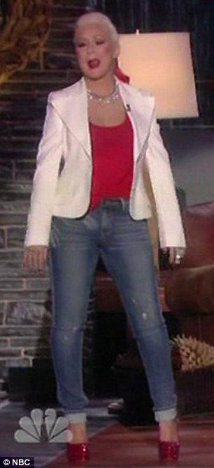 [Video+Fotos] Christina Aguilera invitada al show de Christmas de Blake Shelton Article-2242743-16575B63000005DC-143_306x670