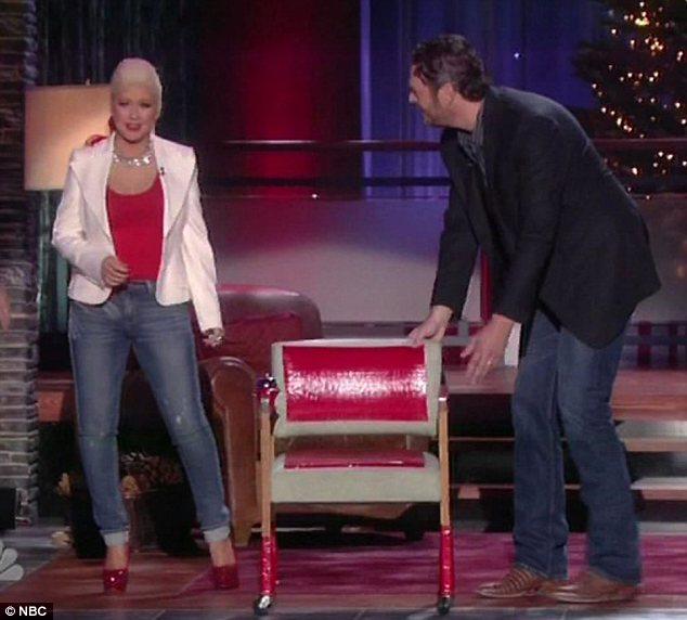 [Video+Fotos] Christina Aguilera invitada al show de Christmas de Blake Shelton Article-2242743-16575B6E000005DC-18_634x572