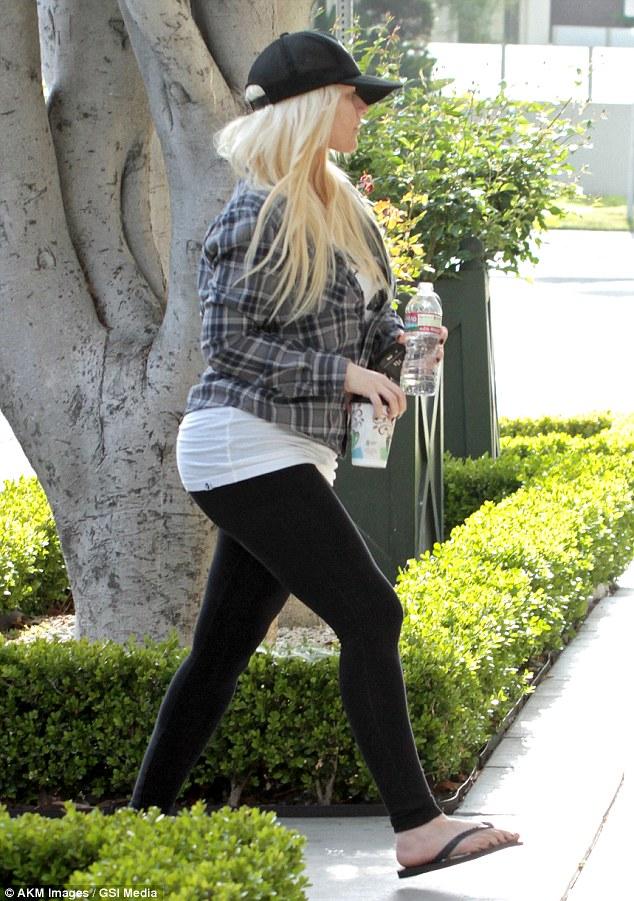 [Fotos] Christina Aguilera & Matt paseando en West Hollywood, California (19/Mar/13) Article-0-18CAF4B3000005DC-665_634x901
