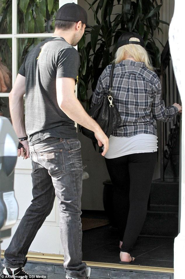 [Fotos] Christina Aguilera & Matt paseando en West Hollywood, California (19/Mar/13) Article-0-18CAF5A8000005DC-224_634x954