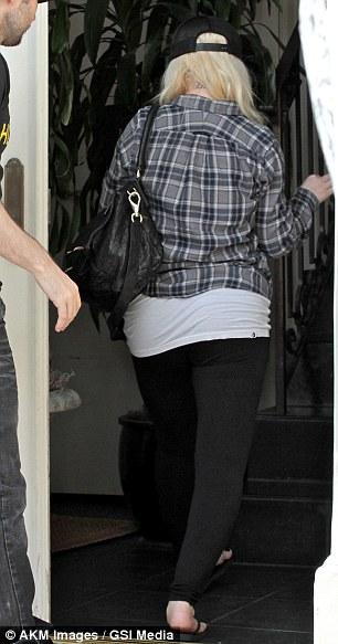 [Fotos] Christina Aguilera & Matt paseando en West Hollywood, California (19/Mar/13) Article-0-18CAF6FB000005DC-48_306x583