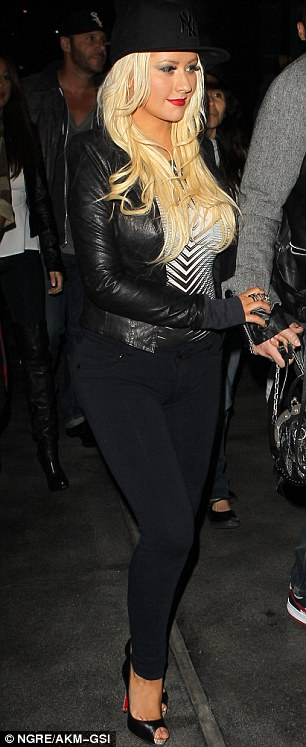 [Fotos] Christina Aguilera asistió al concierto de Rihanna esta noche (8/4/2013) Article-0-19307BC3000005DC-9_306x747