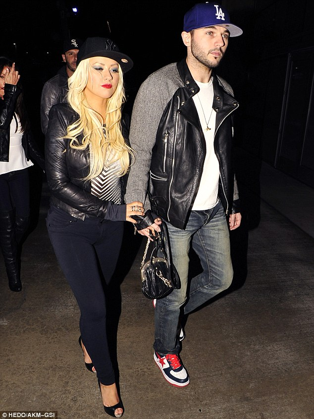[Fotos] Christina Aguilera asistió al concierto de Rihanna esta noche (8/4/2013) Article-0-19307F6F000005DC-843_634x845