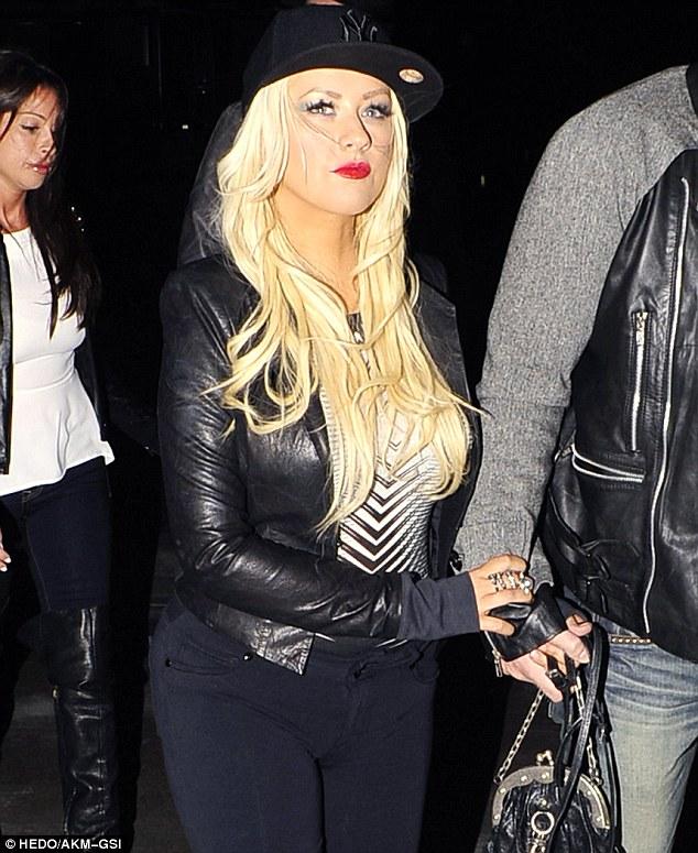 [Fotos] Christina Aguilera asistió al concierto de Rihanna esta noche (8/4/2013) Article-0-1930802E000005DC-952_634x775