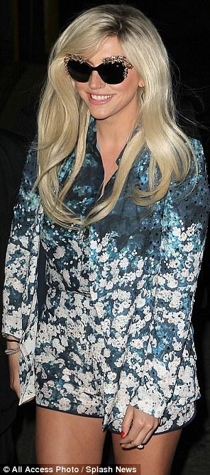 Kesha >> Galería [Candids, apariciones, paparazzi, etc.] - Página 8 Article-0-193F93ED000005DC-585_306x692