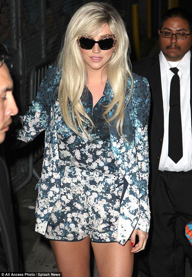 Kesha >> Galería [Candids, apariciones, paparazzi, etc.] - Página 8 Article-2307862-193F9459000005DC-189_634x912