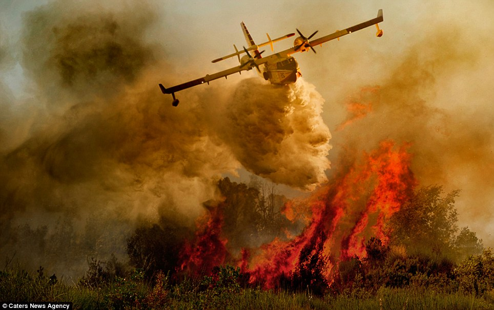 aeronaves - [Brasil] Fotos incríveis de aeronaves no combate aos incêndios florestais na Itália  Article-2335103-1A1F08B7000005DC-452_964x606