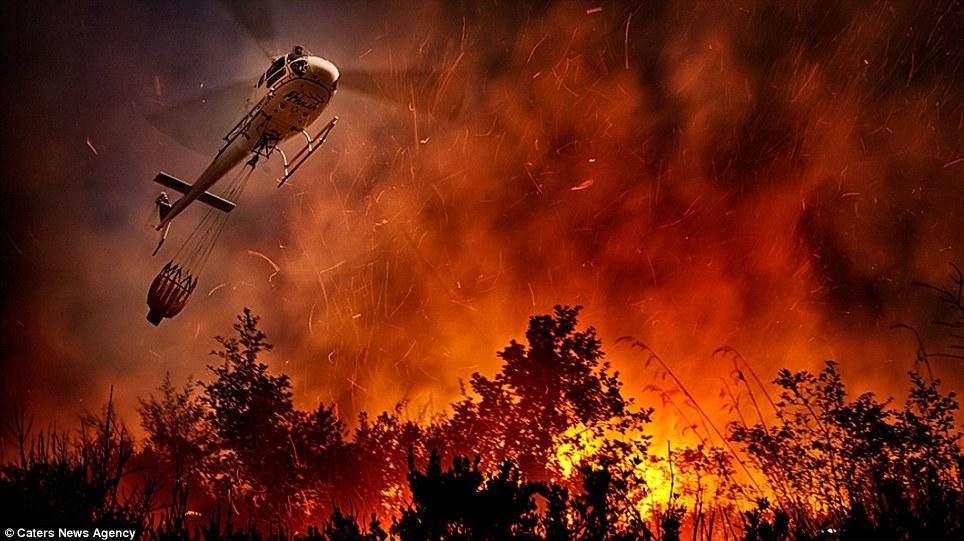 aeronaves - [Brasil] Fotos incríveis de aeronaves no combate aos incêndios florestais na Itália  Article-2335103-1A1F08BD000005DC-325_964x541