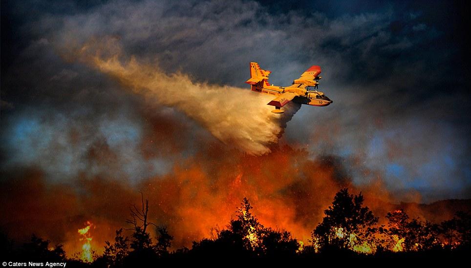 aeronaves - [Brasil] Fotos incríveis de aeronaves no combate aos incêndios florestais na Itália  Article-2335103-1A1F0911000005DC-505_964x549