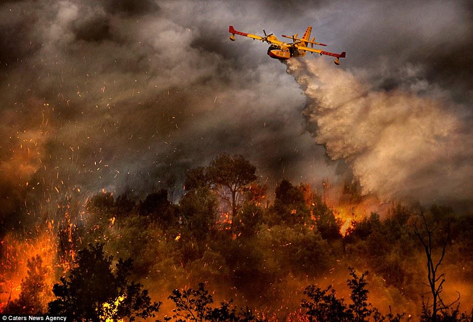 aeronaves - [Brasil] Fotos incríveis de aeronaves no combate aos incêndios florestais na Itália  Article-2335103-1A1F0915000005DC-439_964x656