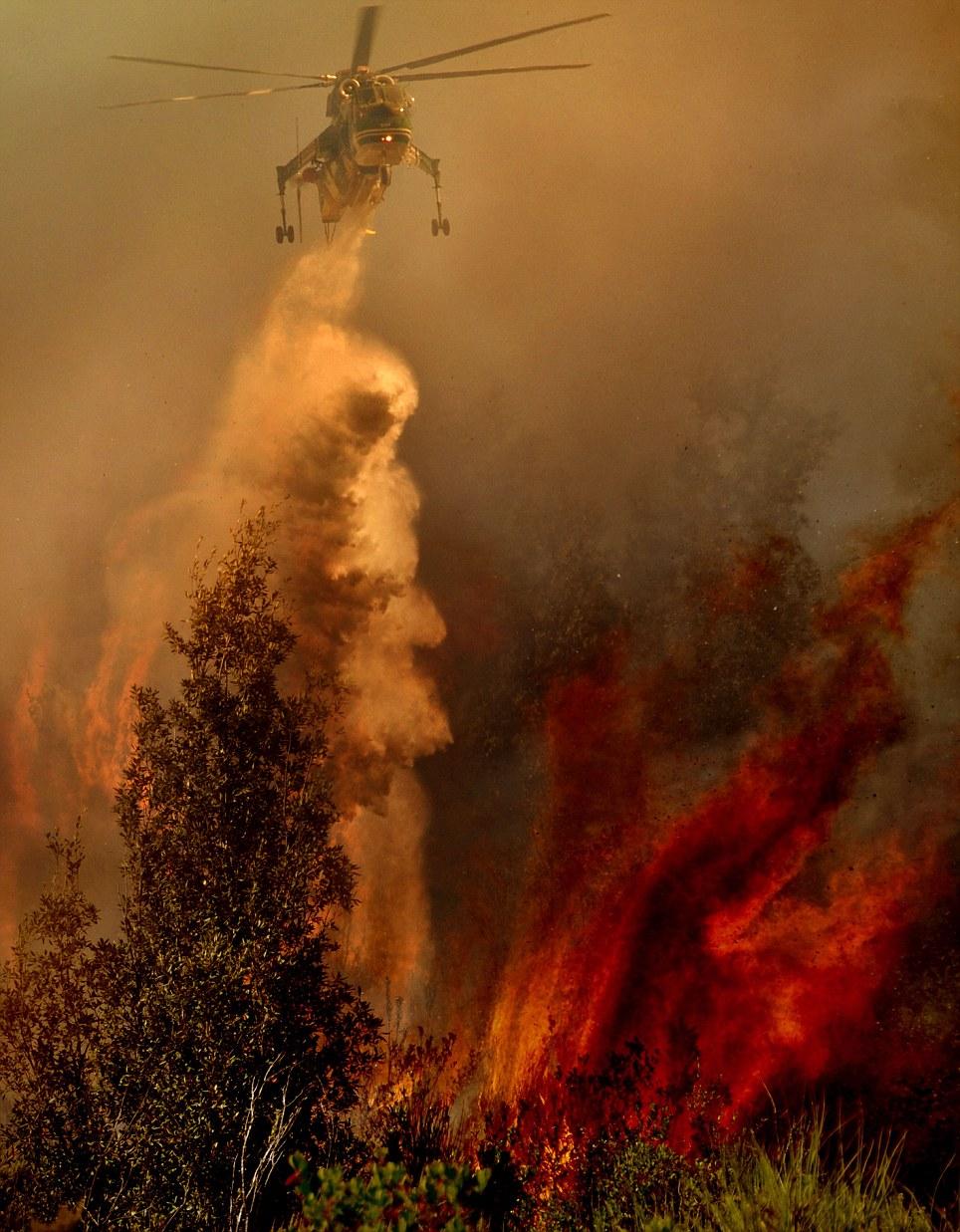 aeronaves - [Brasil] Fotos incríveis de aeronaves no combate aos incêndios florestais na Itália  Article-2335103-1A1F0925000005DC-998_964x1237