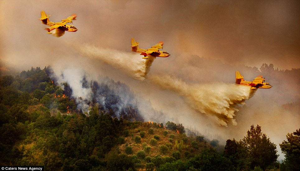aeronaves - [Brasil] Fotos incríveis de aeronaves no combate aos incêndios florestais na Itália  Article-2335103-1A1F0983000005DC-596_964x550