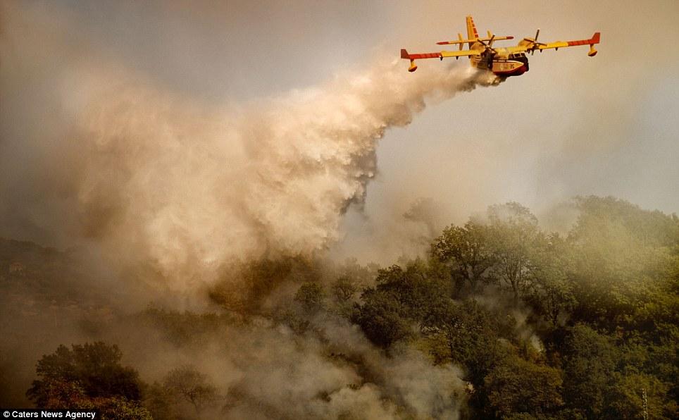 aeronaves - [Brasil] Fotos incríveis de aeronaves no combate aos incêndios florestais na Itália  Article-2335103-1A1F0987000005DC-291_964x596