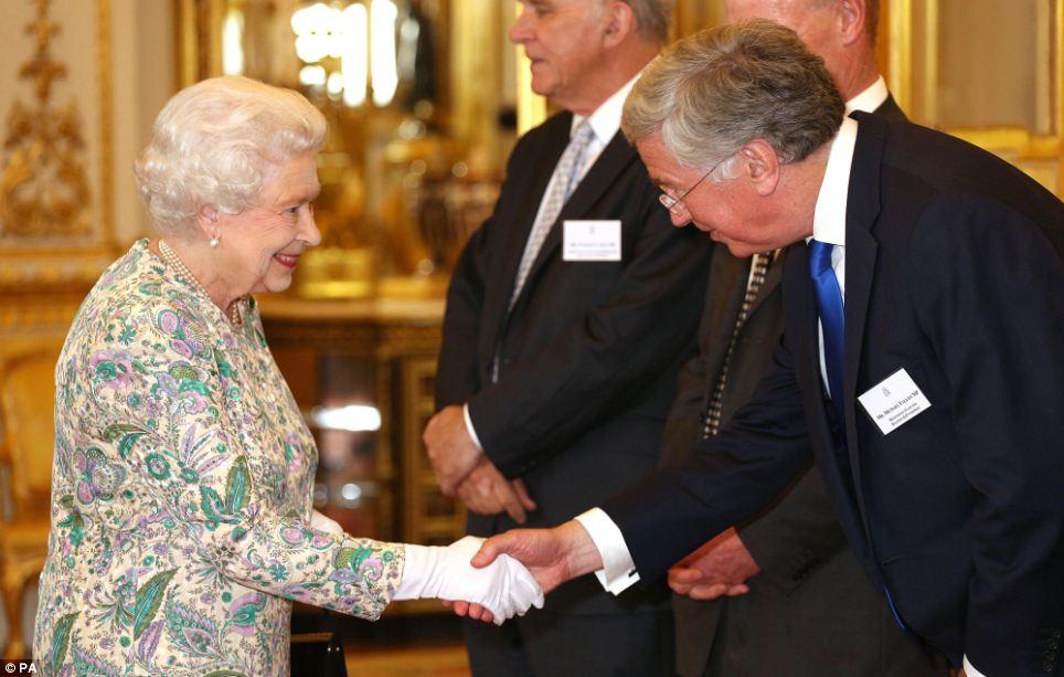Isabel II, Reina de Gran Bretaña e Irlanda del Norte - Página 39 Article-2374931-1AF5BC5C000005DC-784_964x613